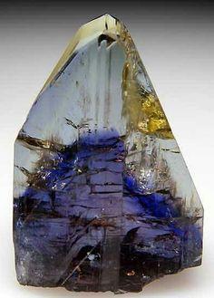Fue descubierta por primera vez en 1967, y es muy apreciada en la joyería de alto valor de consumo. Se caracteriza por un fuerte tricoísmo (variedad de colores) que pueda abarcar el azul zafioro, el violeta o el verde; e incluso, en algunas muy raras (dentro de lo raro de la piedra), el marrón, el amarillo y el ámbar; en ambos casos según la orientación del cristal.