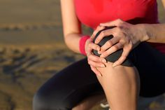 13 ejercicios para trabajar y elongar los músculos y aliviar el dolor de rodillas provocado por el síndrome de la cintilla iliotibial o banda iliotibial.