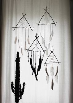 Boudoir du Chaman dreamcatchers Rock Crafts, Crafts To Make, Arts And Crafts, Diy Crafts, Teen Room Decor, Diy Bedroom Decor, Dream Catcher Craft, Witch Cottage, Wiccan Crafts