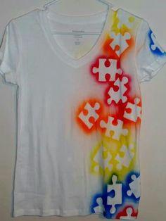 Diy t-shirt heb je een paar oude puzzelstukjes?? Leg die op een t- shirt en spuit er een textielverf op!!!