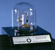 replika pierwszego tranzystora Pierwszy działający tranzystor (ostrzowy) został skonstruowany 16 grudnia 1947 r. w laboratoriach firmy Bell Telephone Laboratories przez Johna Bardeena oraz Waltera Housera Brattaina. Dostali oni Nagrodę Nobla w dziedzinie fizyki w 1956 roku.