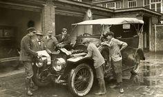 Autorijscholen, rijscholen, autorijles. Les bij open motorkap in het technisch onderhoud van een auto. Nederland, Den Haag, 1926.