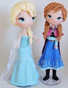 Elsa e Anna Customizada feita em biscuit <br> <br>*princesas 25 cm de altura <br> <br>as peças podem ter alteração no tamanho, por ser artesanal, mas caso haja será para uma altura maior do que a indicada <br> <br>fazemos outros personagens nesse mesmo modelo.