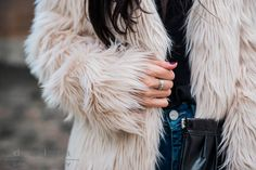 Outfit Fake Fur Jacke, Patches Jeans, Camisole & nude Heels   Herbstlook   Julies Dresscode   #ootd #fashionblogger #pugbaby #juliesdresscode