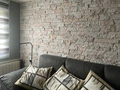 Revestimiento en un salón con nuestro panel decorativo de poliuretano de alta densidad imitación piedra modelo Piedra Arenisca XL Blanco Roto Couch, Furniture, Home Decor, Model, Wood Slats, Living Room Walls, Wall Panelling, Settee, Sofa