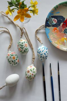 10 Ways to Decorate Your Easter Eggs Easter Egg Crafts, Easter Treats, Easter Eggs, Diy Ostern, Egg Art, Easter Holidays, Hoppy Easter, Egg Decorating, Holidays And Events