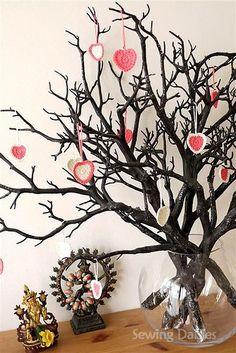 Crochet: Valentine Kisses....love the twig tree