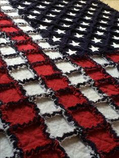 American Flag Rag Quilt by on Etsy Quilting For Beginners Made Easy Quilting for begin Patriotic Quilts, Patriotic Crafts, July Crafts, Patriotic Party, Patriotic Decorations, Quilting Projects, Sewing Projects, Quilting Ideas, Sewing Ideas