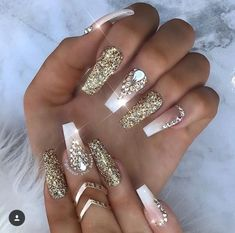 Manicure trend autumn winter 2018 White nails nail polish and gold glitter, nail art easy to do for Christmas. Manicure trend fall winter 2018 White nails nail polish and glitter gold, eas Cute Acrylic Nails, Acrylic Nail Designs, Nail Art Designs, Gold Coffin Nails, Gold Glitter Nails, Nails Design, Glitter Uggs, Design Art, Ongles Bling Bling