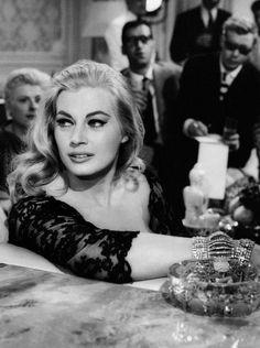 Anita Ekberg, radiante en una escena de 'La Dolce Vita' dirigida por Federico Fellini en 1960