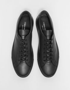 Common Projects / Original Achilles Low in Army Best Sneakers, All Black Sneakers, Shoes Sneakers, Shoes Men, How To Make Shoes, Mens Clothing Styles, Shoe Collection, Leather Sneakers, Designer Shoes