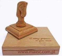 Poduszka drewniana z dedykacja i stempel ex libris na kołku drewnianym rzeźbionym. Więcej informacji: http://www.maxsc.com.pl/pieczatki-2/ex-libris/poduszki-drewniane-na-tusz/