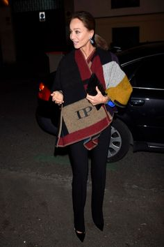 Isabel Preysler, con poncho personalizado de Burberry, a su llegada a la fiesta.