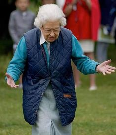 Queen Watch, Royal Monarchy, Lady Louise Windsor, Queen Pictures, Pose For The Camera, Royal Life, Green Cardigan, Save The Queen, Boris Johnson