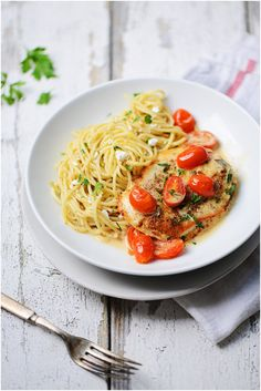 Chicken Pomodoro with Garlic Spaghetti. The perfect weeknight meal by Muy Delish
