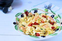 Könnyű tésztás saláta a legforróbb nyári napokra.Az elmúlt napok hőségében szinte csak jól behűtött görögdinnyén éltem. Igazából nem is vágytam másra, csak hideg falatokra. De, azért van, aminek sosem tudok ellenállni, mégpedig a tenger finomságainak. Ha tengerparti városba születtem volna, egy… Fruit Salad, Pasta Salad, Pesto, Chili, Ethnic Recipes, Food, Crab Pasta Salad, Fruit Salads, Chile