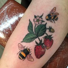 Here are the best Strawberry tattoo designs. Get one strawberry tattoo to show off your love and softness to your dear one, personalize as per your demand. Botanisches Tattoo, Tattoo Bein, Tattoo Hals, Tattoo Motive, Piercing Tattoo, Piercings, Neue Tattoos, Body Art Tattoos, Sleeve Tattoos