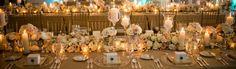 Taka dekoracja stołu jak najbardziej nam odpowiada nie wliczając w to ciągnących się przez całą długość stołu kompozycję kwiatową, za miast tego punktowe bukiety.