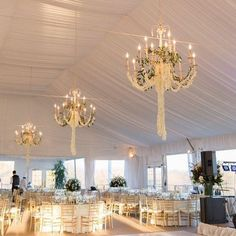 Have you ever seen chandeliers this pretty?  | Photo: @karenhillweddings | www.modwedding.com
