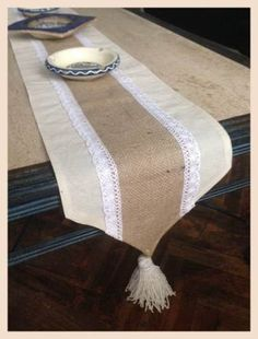 Camino Mesa Yute Arpillera Deco Novia Casamiento Comunion - $ 200,00 en Mercado Libre Alpillera Ideas, Burlap Lace Table Runner, Dressing Table Design, Fabric Storage Boxes, Curtain Patterns, Burlap Fabric, Table Toppers, Handmade Design, Home Textile