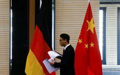 """Der Peking-Besuch des deutschen Wirtschaftsministers Sigmar Gabriel wird von Spannungen in den deutsch-chinesischen Beziehungen überschattet. Peking ist empört über Berlins Einschränkungsmaßnahmen gegen chinesische Unternehmen. Dazu kommen entsprechende """"Empfehlungen"""" aus Übersee, schreibt die Zeitung """"Nesawissimaja Gaseta"""" am  Donnerstag."""