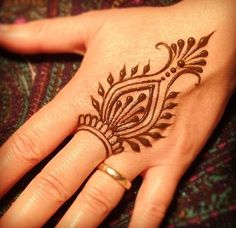 These are some of the simple Henna tattoo designs you must try. Before getting anything related to Henna done any where your body make sure you are not Mehndi Designs For Beginners, Henna Designs Easy, Mehndi Designs For Hands, Henna Palm Designs, Henna For Beginners, Simple Henna Patterns, Mehndi Patterns, Simple Pattern, Simple Designs
