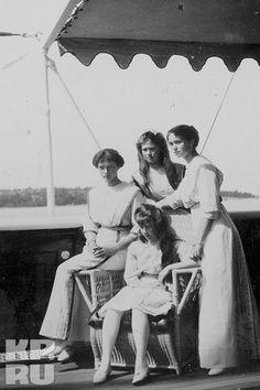 1914 год. Царская семья традиционно отправилась в летнее путешествие по Черному морю на яхте «Штандарт». Но фотографии: великие княжны Татьяна, Мария, Ольга, (слева - направо) и Анастасия (в центре).