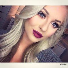 Idealny makijaż do blond włosów. Wyraziste bordowe usta. Mocno podkreślone oczy i brwi.