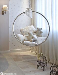 balanço de acrílico dentro de quarto de bebê luxuoso e requintado cheio de mimos.