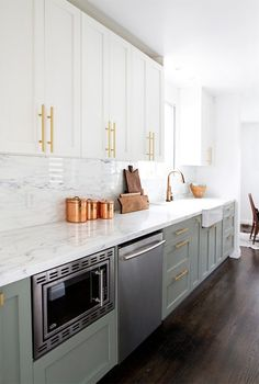 Choosing two tone kitchen cabinets makes it possible to endanger on the kitchen style! Two tone kitchen cabinets-- jazzing up residences. Updated Kitchen, New Kitchen, Kitchen Dining, Brass Kitchen, Kitchen Fixtures, Mint Kitchen, Kitchen Backsplash, Kitchen Colors, Kitchen Countertops