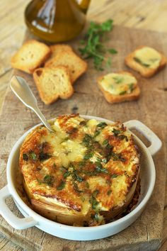Roasted Camembert cheese with cognac and herbs Finger Food Appetizers, Appetizer Recipes, Dessert Recipes, Quiches, Healthy Snaks, Cheesy Recipes, Brunch, Tasty Bites, Portuguese Recipes