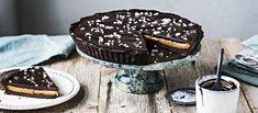 Suklaaganachella päällystetty piirakka kätkee sisäänsä paahdetun karamellikastikkeen. Suolahiutaleet viimeistelevät piiraan. Noin 1,15 €/annos New Recipes, Vegan Recipes, Tiramisu, Gluten Free, Vegetarian, Cupcakes, Sweets, Cookies, Chocolate