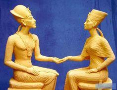 very brilliant done modern statue of Akhenaten and Nefertiti, I´m impressed!