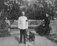 "aw-laurendet: Tsar Nicholas ll of Russia with his dog ""Raven"" at Livadia.Empress Alexandra Feodorovna of Russia is in the background. Anastasia, Zar Nikolaus Ii, Familia Romanov, Grand Duchess Olga, House Of Romanov, Alexandra Feodorovna, Tsar Nicholas Ii, Imperial Russia, Vintage Dog"