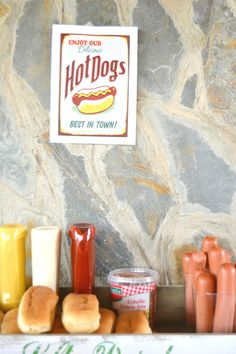 Hot dogs square in birthday celebration.  Mesa dulce para una fiesta de cumpleaños infantil ambientada en la granja. / Farm party candy bar for a birthday celebration.