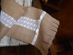 Runner centrotavola in tela juta con striscia crochet e fiocco di raso., by Le gioie di  Pippilella, 34,00 € su misshobby.com
