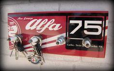 """Mettez en valeurs les clés de contact de votre fabuleuse Alfa romeo Alfa 75 youngtimer ! L'accroche clés mural estampillé """" mon Garage Alfa 75"""" est l'objet de déco idéal pour - 15498759"""