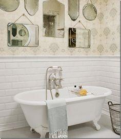 bagno, piastrelle diamantate, vecchi specchi