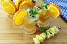 Immer nur #Champaner an #Silvester ist doch auch langweilig. Wie wäre es daher mit einer fruchtigen #Silvesterbowle? Wir sind dann mal die Früchte schnippeln... Wer noch? #cheers :D    Silvester Bowle:  1 Flasche Sekt  1 Flasche Weisswein (trocken)  4 Orange 1 Zitrone 1 Ananas  4 Crapefruits 50 g Zucker  Zitronenmelisse Eiswürfel Cantaloupe, Cheers, Panna Cotta, Orange, Fruit, Ethnic Recipes, Food, Pineapple, Lemon Balm