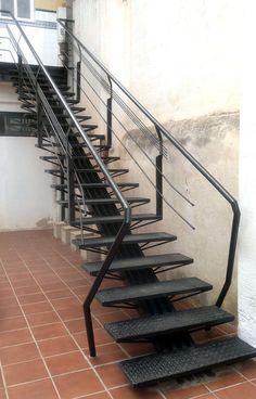 Ésta es una de las escaleras que diseñé cuando estudiaba. Como mi padre era herrero tuve rienda suelta para inventarme lo que fuera, siempre y cuando...