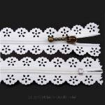 ReißverschlussSpitze Weiß -dieser romantische Reißverschluß mit verspielter Spitze und nostalgischem Zipper eignet sich wunderbar für Ihre Näharbeiten. Der Reißverschluss ist nicht teilbar.Breite der Reißverschluss-Spirale: 3 mmGesamtbreite: 2,3 cmLänge: 16 cmWaschen: 40 GradTrockner: SchongangBügeln: Stufe 2