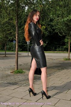 A special December/Christmas treat for you all- an extra long post featuring lovely ladies squeezed into sexy leather pencil skirts: . Black Leather Dresses, Leather Mini Skirts, Pantalon Vinyl, Botas Sexy, Leder Outfits, Hot High Heels, Girls Wear, Leather Fashion, Sexy Outfits