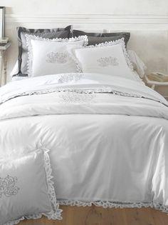 Funda nórdica modelo Angélique con bordado decorativo y acabados en encaje de la marca 3 SUISSES. Confeccionada en algodón puro, 57 hilos/cm2. Disponible - Venca - 455258