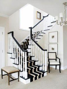 escalier design intérieur, tapis pour escalier moderne a rayures blanc et noit
