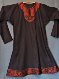 h151_0984_herr_tunika_lin5a_s - tunic with bindings and embroidery