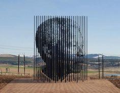 Escultura de Marco Cianfanelli con ilusión óptica de Nelson Mandela. Howik, Suráfrica.