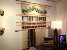 Tapices, telares y cojines elaborados con lanas naturales del sur de Chile... diseños exclusivos y contemporáneos que aportan elegancia y calidez a tus ambientes. Textile Tapestry, Tapestry Weaving, Loom Weaving, Hand Weaving, Diy Wall Decor, Home Decor, Fiber Art, Lana, Knit Crochet