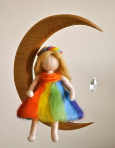Children Mobile Waldorf inspired needle felted : The Rainbow fairy in the moon with crystal. MagicWool via Etsy. Wet Felting, Needle Felting, Diy Laine, Rainbow Fairies, Felt Fairy, Felting Tutorials, Waldorf Dolls, Waldorf Crafts, Felt Toys