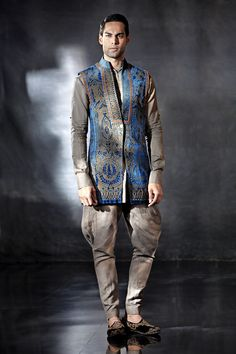 Tarun Tahiliani sherwani for India Bridal Fashion Week 2014 Love the blue coatie and the embroidery. Tarun Tahiliani, Indian Men Fashion, Men Fashion Show, Men's Fashion, Indian Wedding Outfits, Indian Outfits, Wedding Dresses, Costume Africain, Moda Do Momento