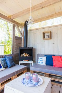 Romantisch om de buitenhaard zitten of juist griezelige verhalen vertellen bij het kampvuur. Het kan allemaal bij deze nieuwe buitenhaard! #buitenhaard #veranda #decoratie #stoerbuiten